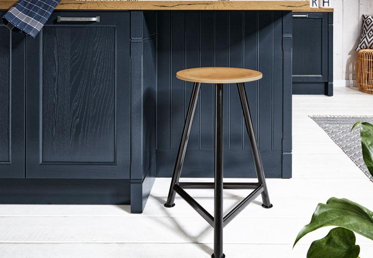 Donker blauwe keuken met accessoires
