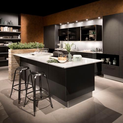 Een donkere keuken met bar   Eigenhuis Keukens