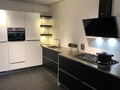 Luxe hoekkeuken showroom | Eigenhuis Keukens