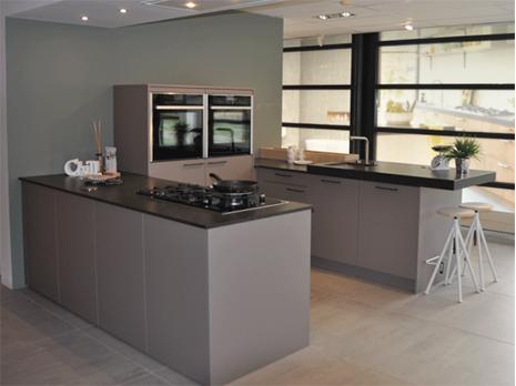 Eigenhuis IQ keuken met Neff apparatuur en inbouwunit van Wave