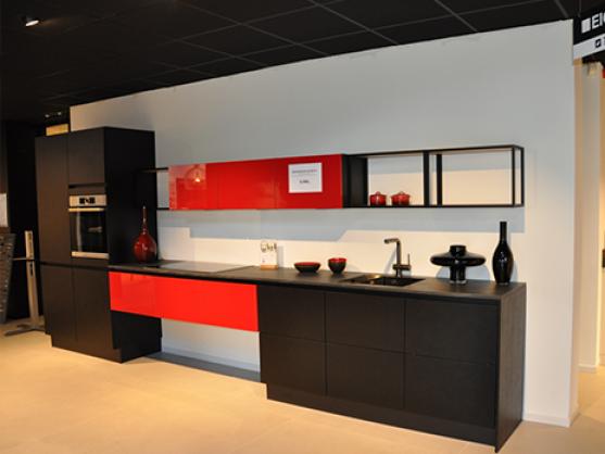 Rechte Eigenhuis Plus keuken in zwart met rood